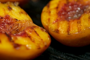 peach cobbler cocktail recipe with grilled peaches - dresses & appetizers